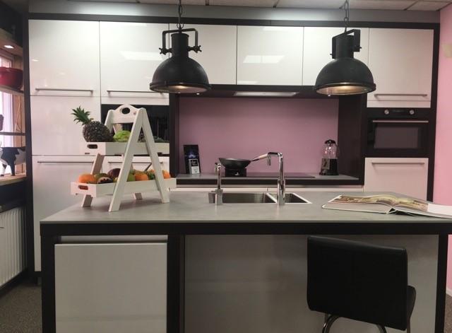 Een moderne keuken geeft u volop rust ruimte en comfort